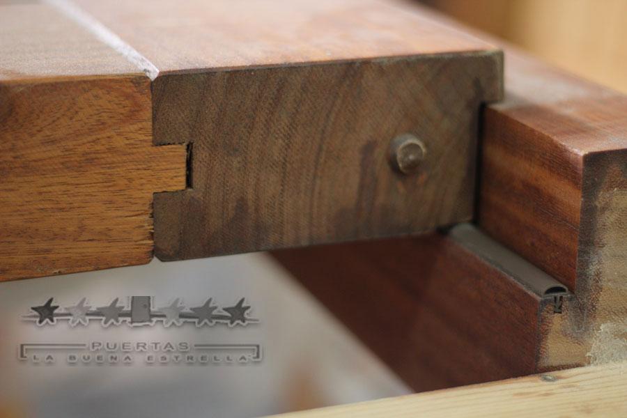 Detalle puerta interior madera maciza la buena estrella for Puertas madera maciza interior